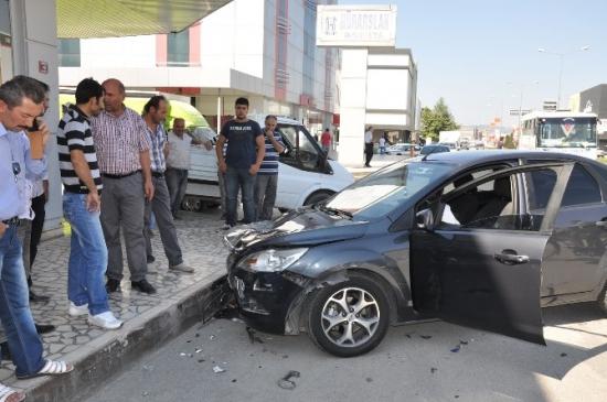 İnegöl'deki Kazalarda 5 Kişi Yaralandı
