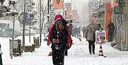 Beklenen kar geldi okullar tatil