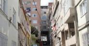 Evin Altından Sokak Geçiyor