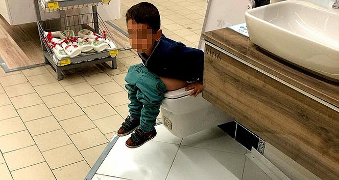 Mağaza içerisindeki satışa sunulan klozete tuvaletini yaptı