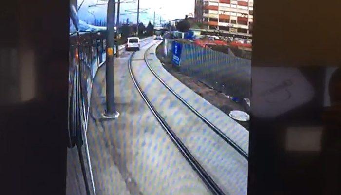 Tramvay yoluna giren ticari araç sürücüsü iki tramvayın arasında kalmaktan kıl payı kurtuldu