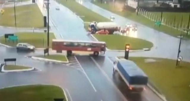 TIR, Otobüsü İkiye Böldü, Korkunç Anlar Güvenlik Kameralarına Yansıdı