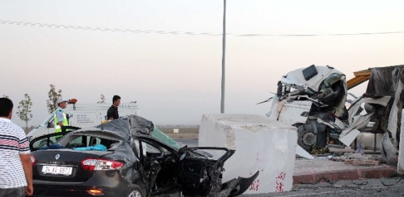 Tır Ile Otomobil çarpıştı: 2 ölü, 3 Yaralı