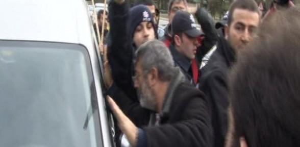 Trafiği kapatan eylemcilerden sürücüye linç girişimi