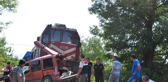 Tren Kamyonete çarptı: 3 ölü