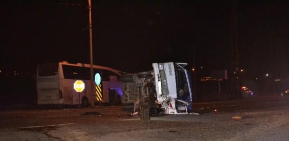 Yolcu Otobüsü Ile Kamyonet çarpıştı: 1 ölü, 4 Yaralı