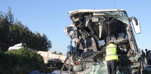 Yolcu Otobüsü Tır'a çarptı: 2 ölü 15 Yaralı