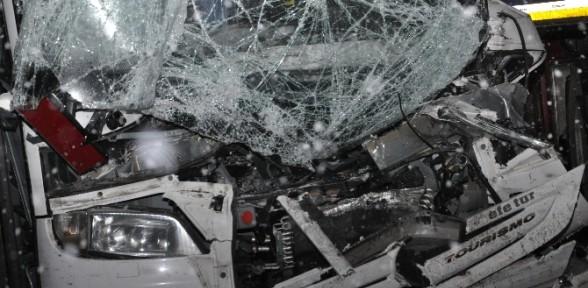 Yolcu otobüsü TIR'a çarptı: 6 yaralı