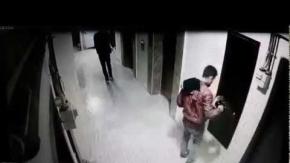Ayakkabı hırsızları güvenlik kamerasına yakalandı